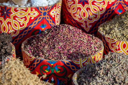 Suche liście herbaty karkade w wiklinowym koszu na rynku ulicznym. Sharm el Sheikh, Egipt. Hibiskus ziołowy suchy do herbaty w koszach. Arabskie zioła na tradycyjnym bazarze.
