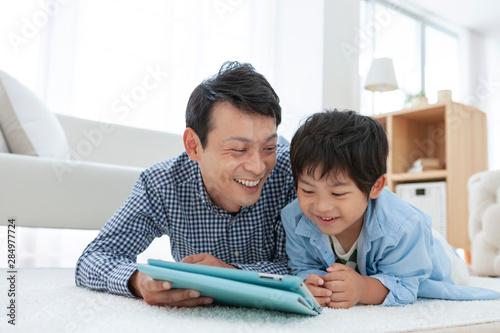 Carta da parati  リビングでタブレットPCを見る親子