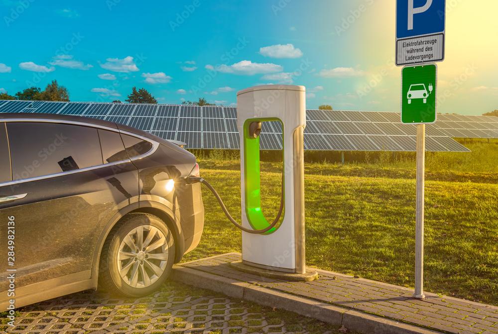 Fototapeta Ladestation Solar Stromtankstelle Elektrotankstelle Elektroauto Solaranlage Tanksäule
