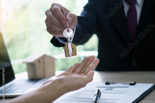 Fotomural  Home buyers are taking home keys from sellers