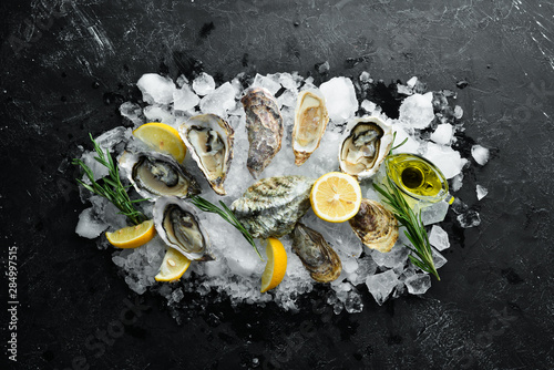 Photo Oyster with lemon on ice