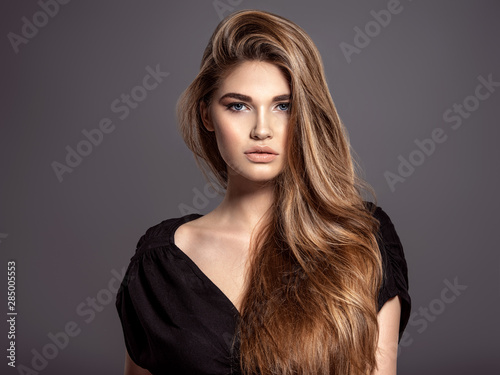 Fotografía  Woman with beauty long brown hair. Fashion model. Pretty Face.