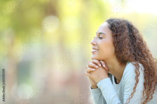 Foto  Happy mixed race woman meditating outdoors