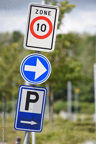 Valokuvatapetti parking mobilité vitesse fleche signalisation