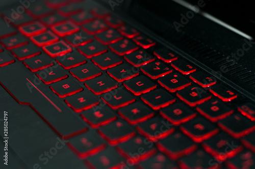 Fotografía  gaming keyboard with red backlight. laptop keyboard