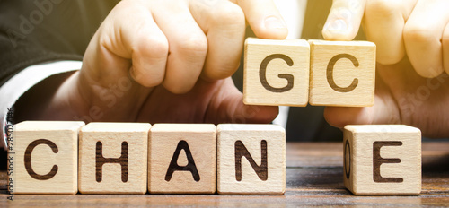 Fotomural Businessman points to wooden blocks with the word Change to Chance