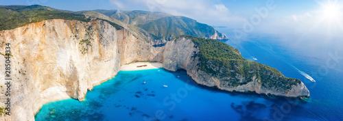 Photo Panorama des berühmten Navagio Schiffswrack Strandes auf Zakynthos mit türkis bl