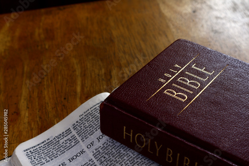 Stampa su Tela Holy Bible on a table
