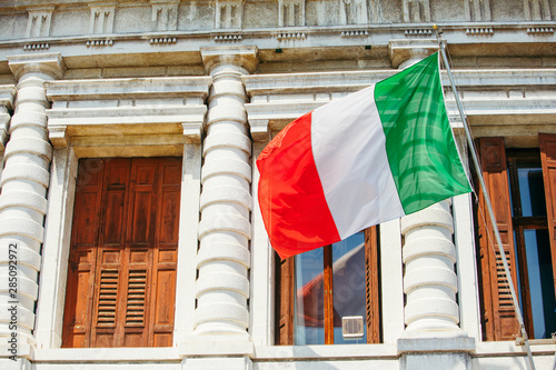 Carta da parati flag of italy at government building