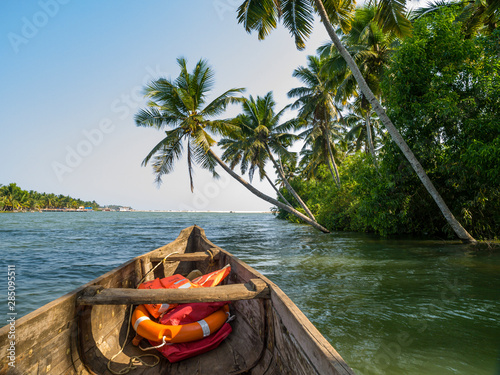 Photo river cruise in the Kerala backwaters with traditional wooden fisherman boat