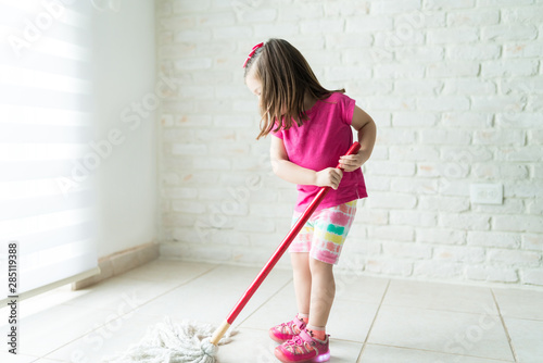 Papel de parede Kid Doing Household Chores At Home