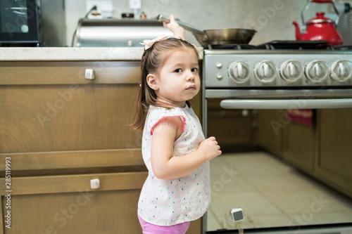 Cuadros en Lienzo  Portrait Of Adorable Girl In Kitchen