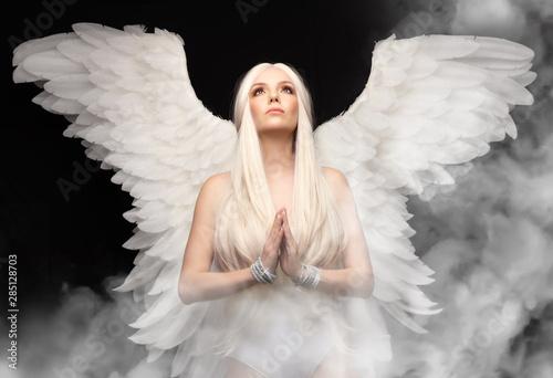 anioł dziewczyna z białymi włosami na czarnym tle, ręce złożone do modlitwy