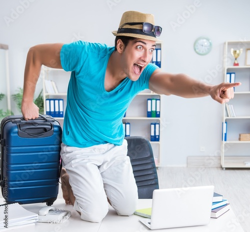Spoed Foto op Canvas Hoogte schaal Businessman preparing for vacation in the office