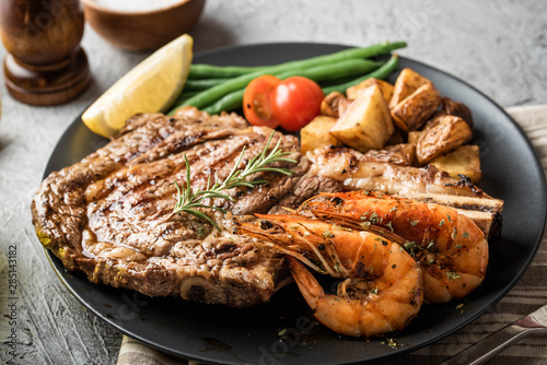 Canvastavla surf and turf, ribeye steak and grilled prawn