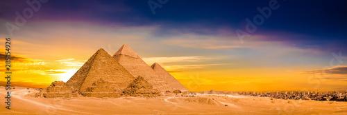 Obraz Panorama der großen Pyramiden von Gizeh bei Sonnenuntergang - fototapety do salonu