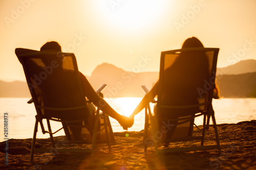 Fotografia  married couple resting on the ocean