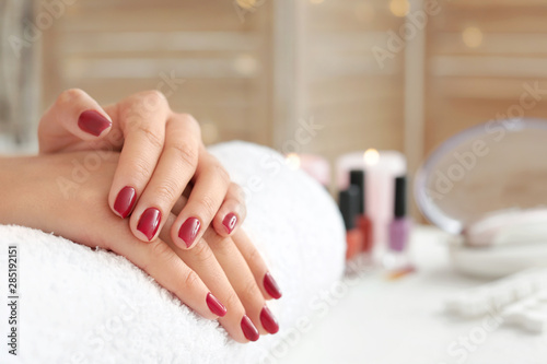 Autocollant pour porte Manicure Woman with beautiful manicure in salon