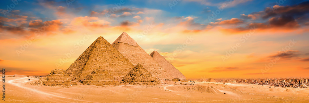 Fototapeta Panorama der großen Pyramiden von Gizeh bei Sonnenuntergang