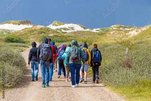 Schulklasse beim Wandern auf der Insel Amrum Fototapeta