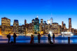 Silhouetten von Touristen vor der Skyline New Yorks zur blauen Stunde, USA