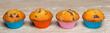 Muffinki w kolorowych foremkach. Słodkie babeczki na drewnianym blacie.