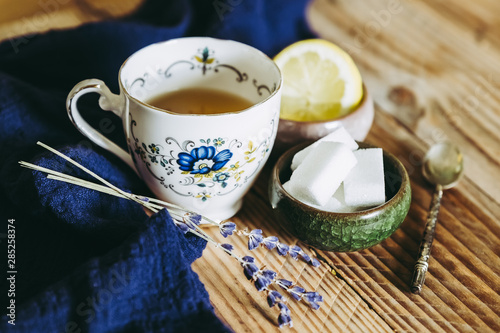 Fotografie, Obraz  Thé au citron et badiane dans une tasse en céramique vintage posé sur une table