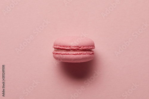 Poster Macarons Pink french macaroon in center on pink background