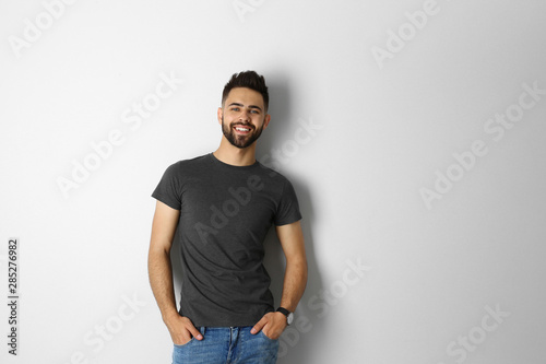 Fotomural  Portrait of handsome smiling man isolated on white