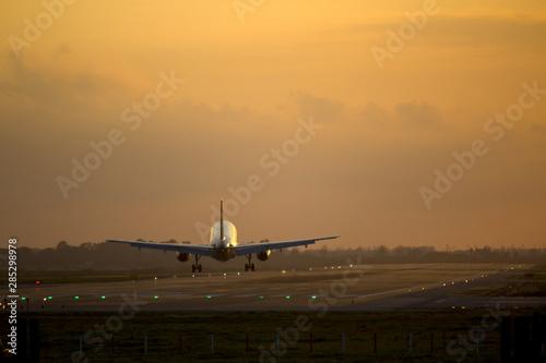 Tuinposter Vliegtuig Airplane landing
