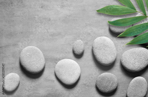 Cadres-photo bureau Spa Flat lay composition with spa stones, palm leaves on grey background.