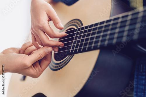 Fotomural  Crop tutor teaching kid to play guitar