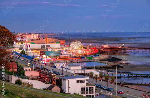 Fotomural  Panoramic view of Southend adventures park at twilight on the sea coast in Engla