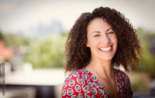 Tela  Mature Ethnic Woman Smiling At The Camera