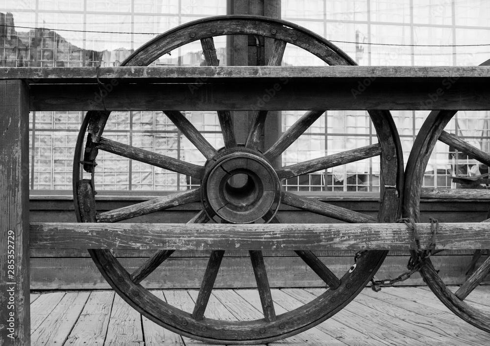 Valokuva Ruote legate da una catena con riflesso di montagne in secondo piano