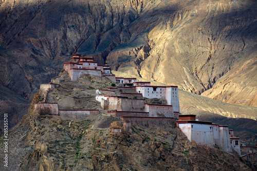 Fototapeta Gyantse Fortress, Gyantse Dzong - the Solemn Persistence of Ancient Tibet