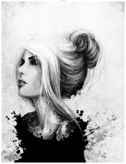 Czarno biały rysunkowy portret kobiety patrzącej przed siebie. Włosy upięte w kok, tatuaż na szyji. Rozpryski farby, malarstwo.