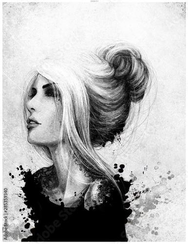 Czarno biały rysunkowy portret kobiety patrzącej przed siebie. Włosy upięte w kok, tatuaż na szyji. Rozpryski farby, malarstwo. - fototapety na wymiar