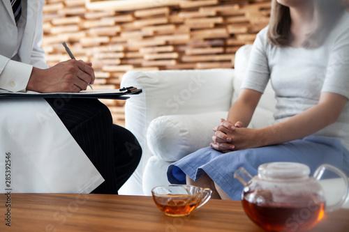 女性患者と話しながらカルテを記入する精神科医 Canvas Print