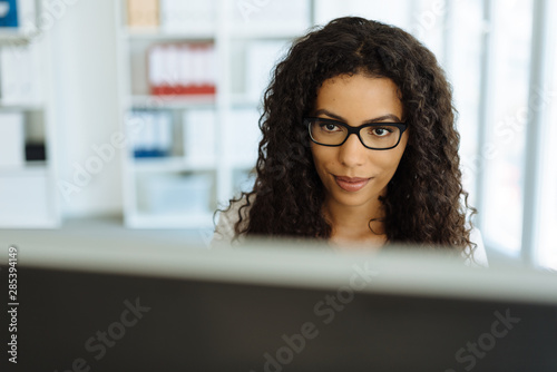 Serious young businesswoman reading the screen Fototapet