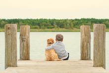 Kleiner Junge Mit Seinem Hund Am See