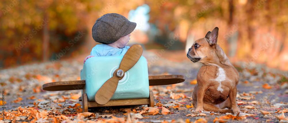 Fototapeta im Herbst mit Hund und Baby