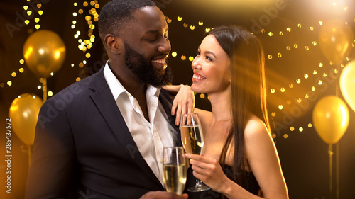 Fotografía  Sexy asian female flirting with afro-american male, holding glasses of beverage