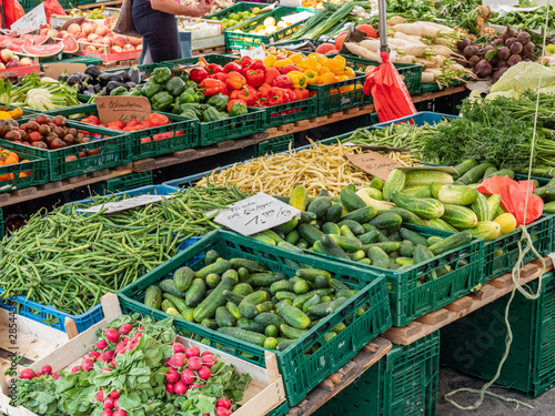 Verkaufsstand mit frischem Obst und Gemüse aus der Region