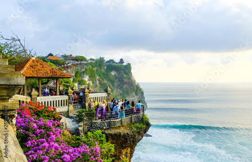 Cadres-photo bureau Bleu ciel Seascape, ocean at sunset. Ocean coast with waves near Uluwatu temple at sunset, Bali, Indonesia.