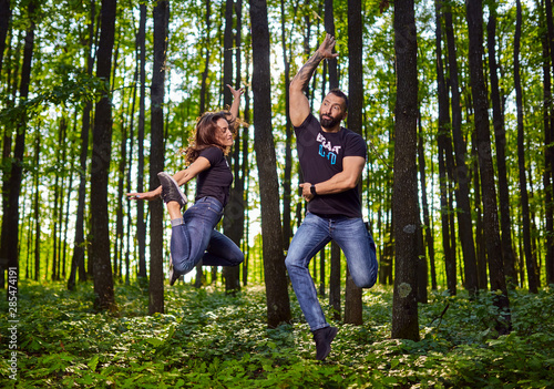 Photo Funny couple jumping for joy outdoor