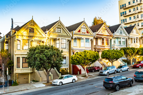 Photo  Row of charming colored Victorian style homes on the incline of the hills of San Francisco city, California