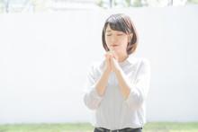 お祈りをする女子