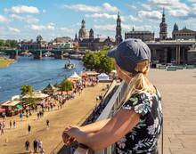 Junge Touristin Schaut Auf Dre...