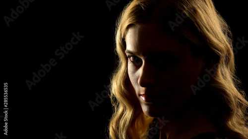 Photo Devil woman looking at camera, black background, paranormal mystery, white eyes